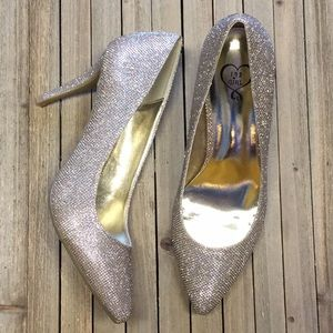 New 143 girl gold pumps Us 10